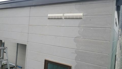 外壁チョーキング層 右が洗浄後