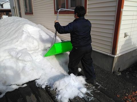雪止め付の屋根なので落雪量は少なめ