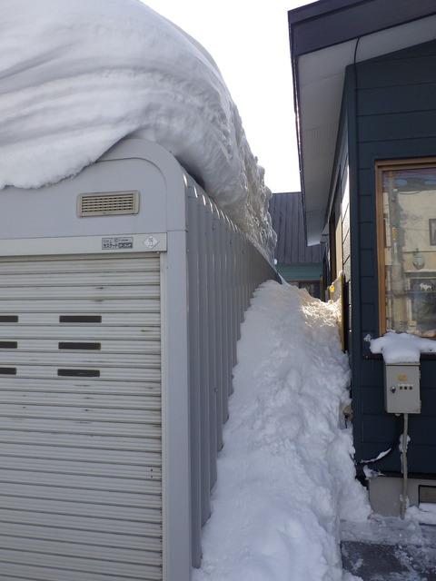 車庫と壁の間に雪が溜まる