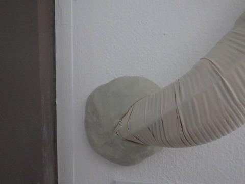 白い壁に直接エアコン粘土とは・・・