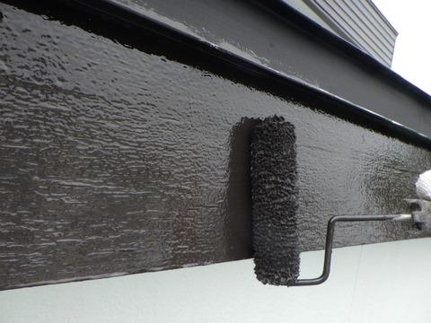 木製破風板は4回塗りで仕上げます
