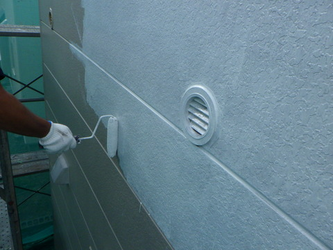 下塗りには塩ビ鋼板に密着するプライマーを選択
