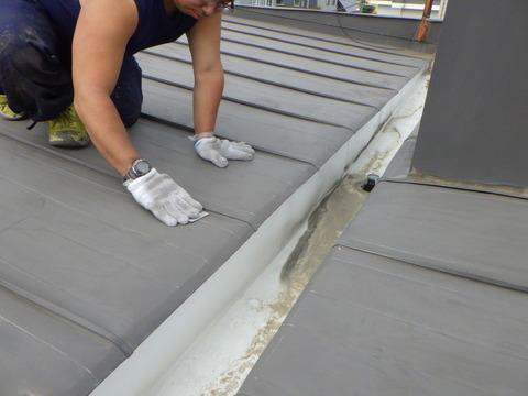 屋根トタンの研磨作業