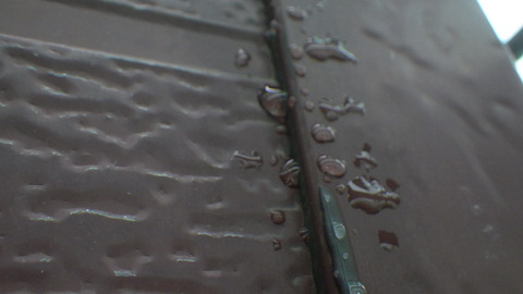 シリコンシーリングの周り数cmが汚染されている