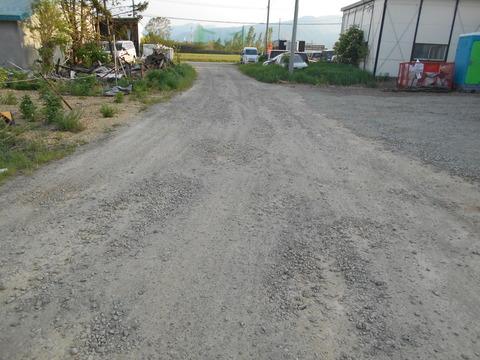 倉庫前の道路