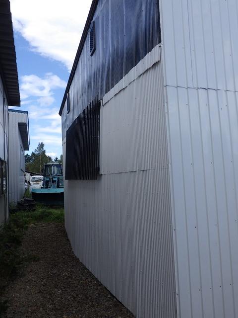 倉庫側壁が飛び出している!?