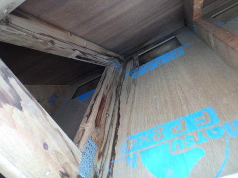 屋根裏のパラペット上部角から浸水している跡がある