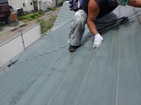 急勾配屋根でもしっかり研磨します!