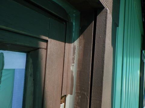 窓枠には構造上の沢山の隙間がある