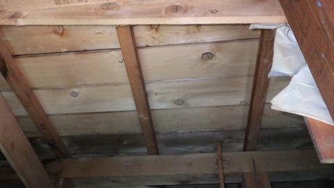 木材にシミが無いので屋根からの浸水ではないようです