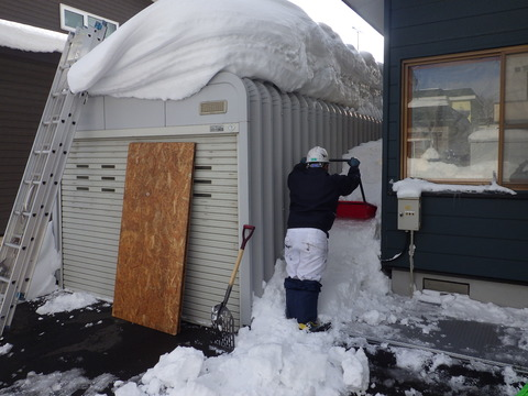 まずは壁と車庫の間の雪から
