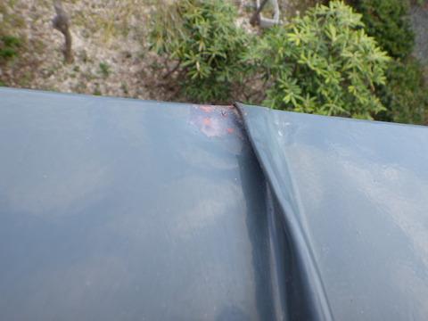 屋根端部に剥離が発生していました
