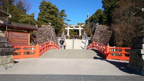 現在の入口、信玄公の時代は向かって右側に正面門がありました