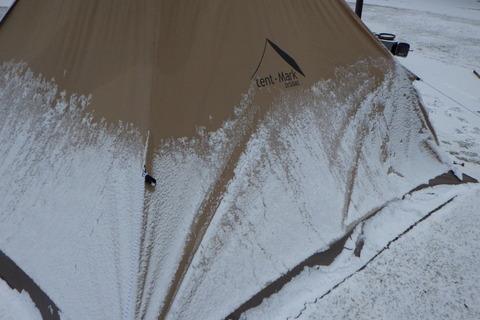 テントに霜が張り付いています