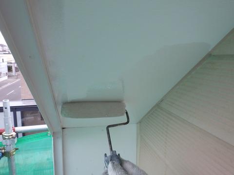 軒天井は剥がれやすいのでしっかりシーラーを浸透させます