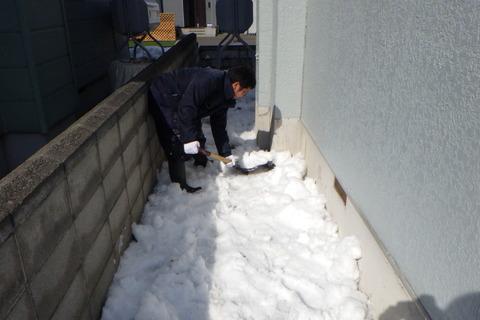 せっせと雪を掻き出します