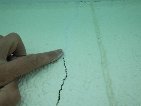 外壁亀裂箇所は充填剤で埋めてから
