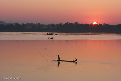 throw-net-fishing-on-mekong-by-RB