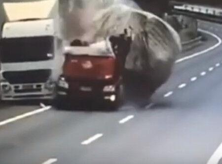00010.定点カメラ・トラック粉砕事故動画