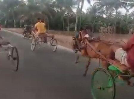 00004.インドの馬のレースは、馬よりバイクの方が多い!!