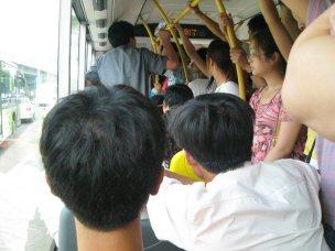 初めてのラッシュ(バス内)