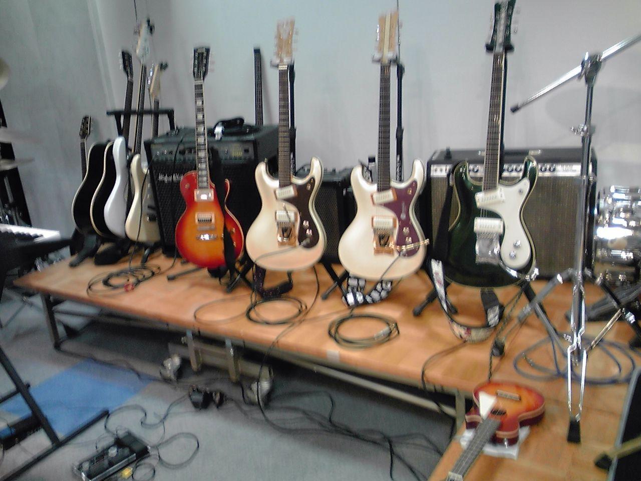 会場には、ギターがズラ〜ッ!