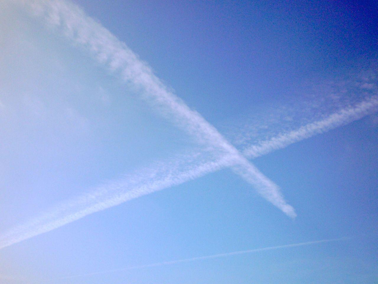X字のひこうき雲