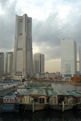 大岡川の屋形船とランドマークタワー