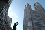 東京都庁ビルを都民広場の芸術