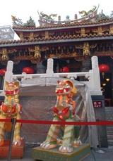 関帝廟の前に獅子?が座っています