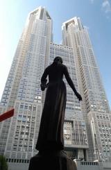 東京都庁ビルを都民広場から見上げる