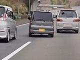 【動画】 とんでもない煽り運転の軽自動車を目撃して大爆笑のドラレコ動画が話題に