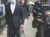 【動画】 小室圭さん、帰国前のロン毛で髪を後に縛ってる姿を撮られる フジの突撃取材に怒って無視
