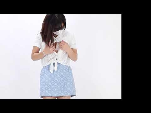 【動画】ブラウスのボタンを外してブラジャーから胸の谷間を見せるイメージビデオモデル
