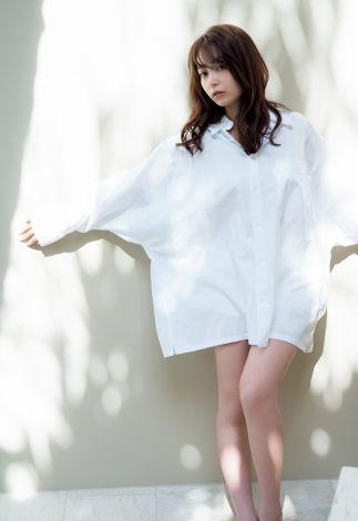 宇垣美里、白シャツまとい美脚を大胆披露 好評『週プレ』グラビア第2弾