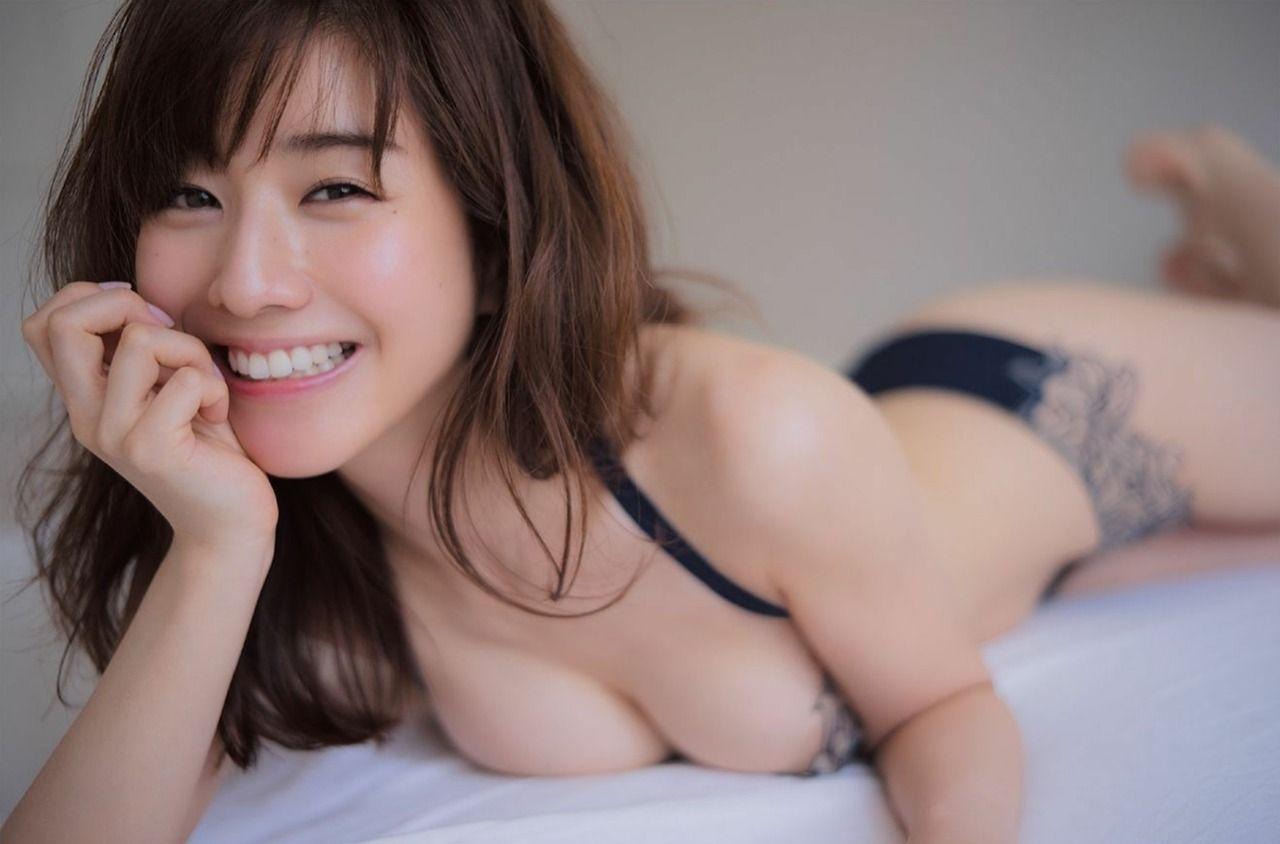 【朗報】宇垣美里さん、プレイボーイのグラビアで谷間をさらけ出してしまう