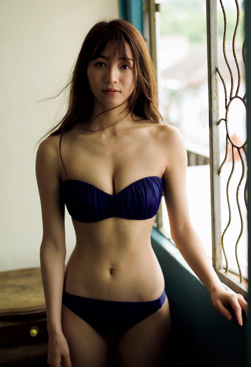 【グラビア】傳谷英里香、美くびれ際立つ水着で大人の色気