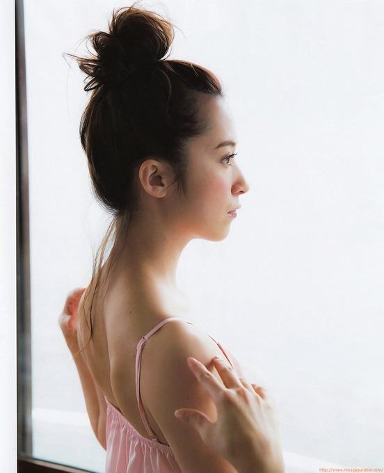 髪をアップした衛藤美彩のかっこいいセクシーグラビア画像です。