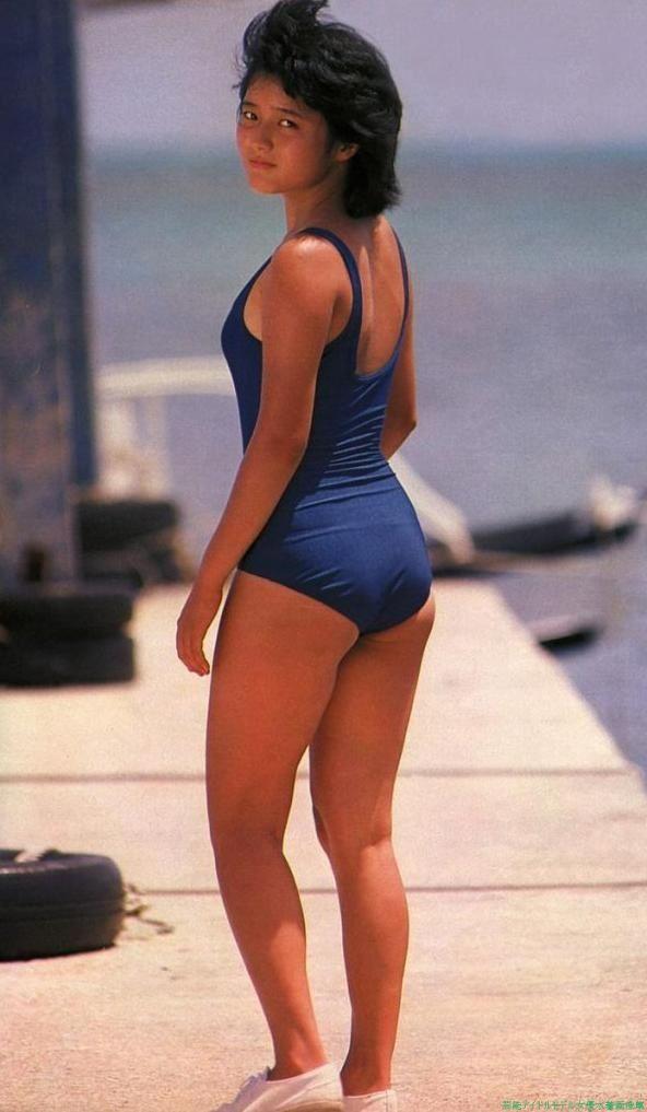 紺色の水着姿でスニーカーをはき歩くアイドル時代の三田寛子