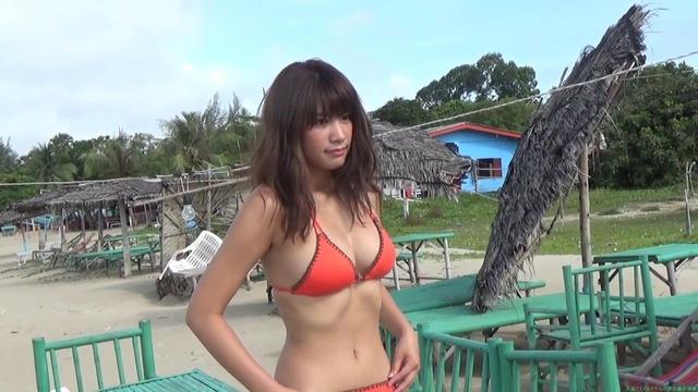 久松郁実ビーチでリラックスグラビア撮影