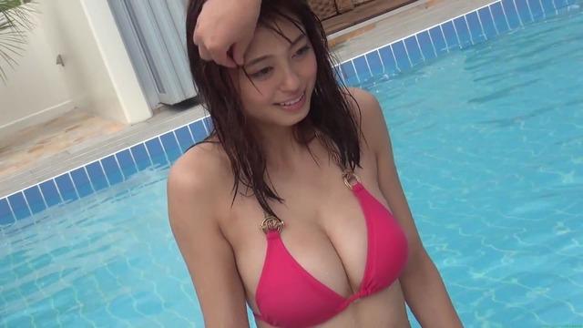 大川藍プールでグラビア撮影 ピンクのビキニで?ダンス