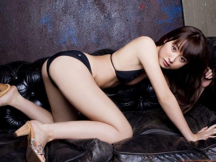 衛藤美彩のグラビア画像です。後ろ姿がセクシーです。