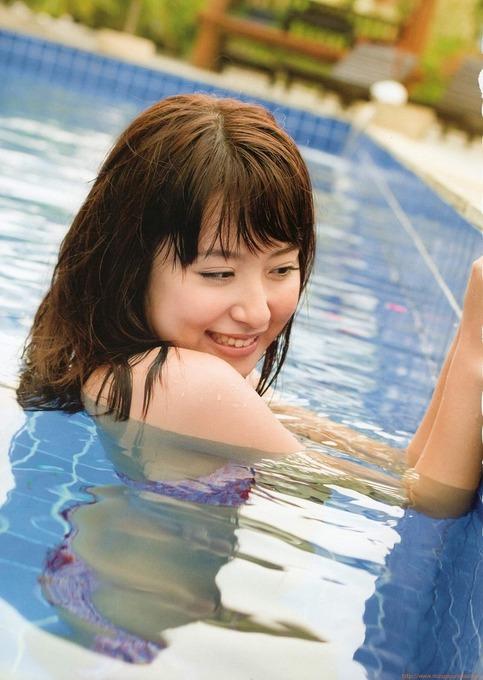 プールの中の衛藤美彩のかっこいいグラビア画像です。