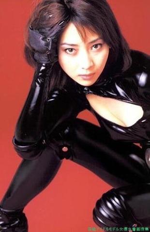 黒のスーツを着るセクシーな稲森いずみ