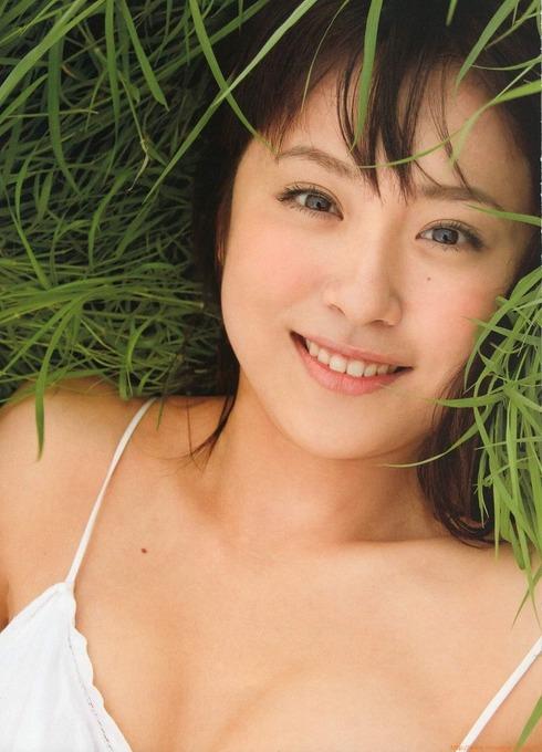衛藤美彩のセクシーグラビア画像です。笑顔が素敵です。