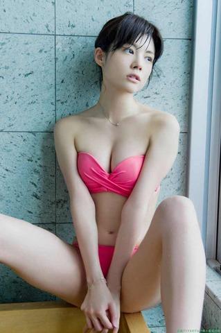 松川佑依子脱衣グラビア ピンクのビキニ