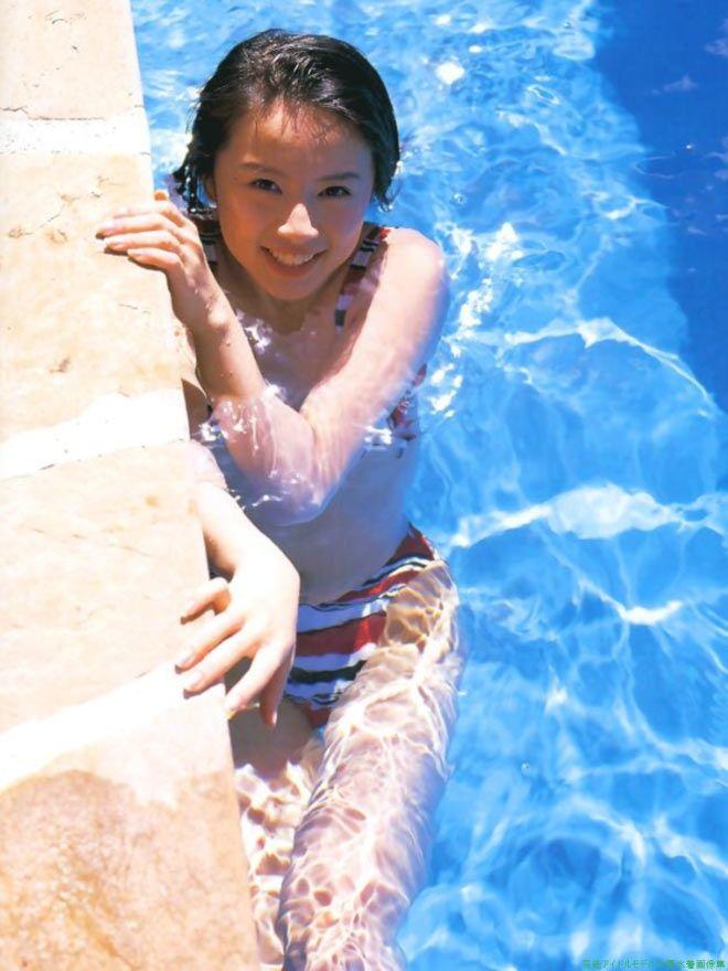 プールの中の鈴木亜美