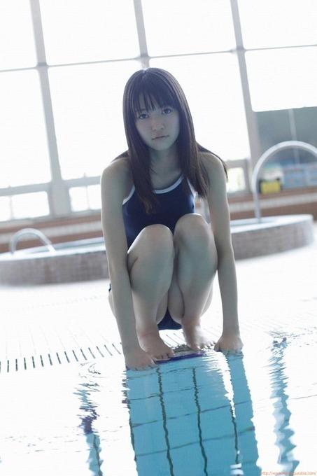 グラビアアイドルでモデル 逢沢 りなプールでのスクール水着画像「14枚」