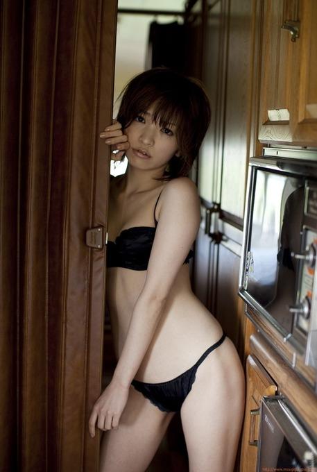 田中涼子 黒いビキニギリギリグラビア