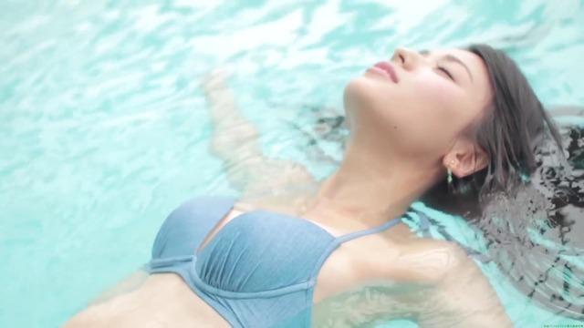 矢島舞美プールでリラックス 水色ビキニ 水着画像「84枚」